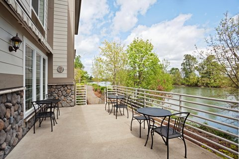 Holiday Inn Express CORVALLIS-ON THE RIVER - Guest Patio