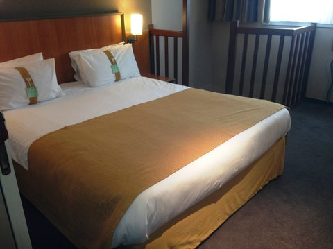 Holiday Inn CALAIS - Holiday Inn Calais Queen Bed Guest Room on two floors