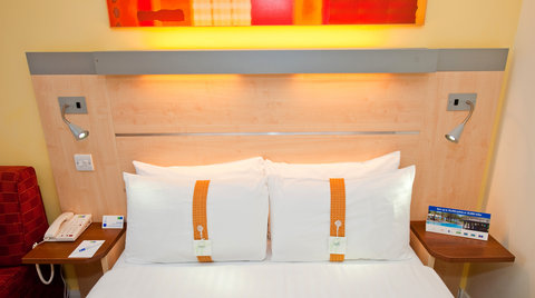 Holiday Inn Express EDINBURGH CITY CENTRE - A choice of soft   firm pillows in all guest bedrooms