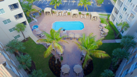 Fairfield Inn And Suites By Marriott Naples Hotel - Spacious pool deck