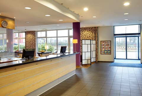 Holiday Inn Express DUSSELDORF - CITY NORTH - Inviting Front Desk