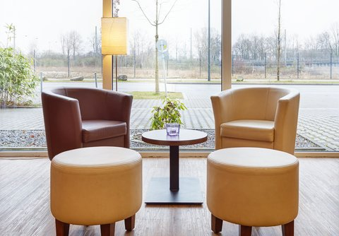 Holiday Inn Express DUSSELDORF - CITY NORTH - Kick back in our cozy Lobby Seating Area