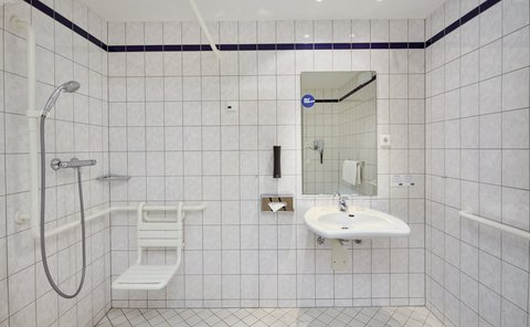 Holiday Inn Express DUSSELDORF - CITY NORTH - Convenient ADA Disabled Transfer Shower