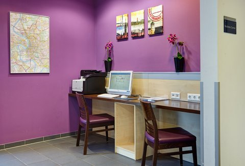 Holiday Inn Express DUSSELDORF - CITY NORTH - Check in with the office at our convenient Business Corner