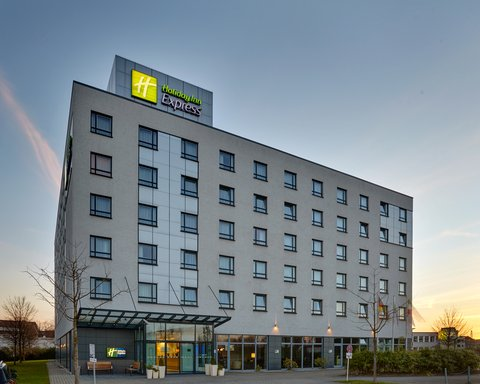 Holiday Inn Express DUSSELDORF - CITY NORTH - Hotel Exterior Dusk