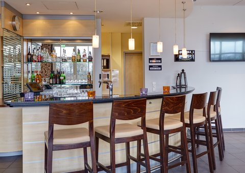 Holiday Inn Express DUSSELDORF - CITY NORTH - Share a drink with friends at our stylish Bar