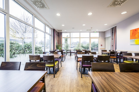 Holiday Inn Express DUSSELDORF - CITY NORTH - Meet with friends in our breakfast restaurant