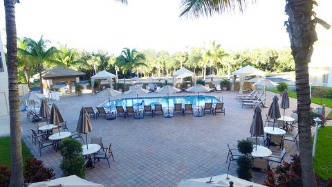 Fairfield Inn And Suites By Marriott Naples Hotel - Outdoor seating area by the pool is spacious and comfy