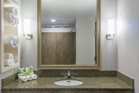 Holiday Inn Express & Suites COOPERSTOWN - Guest Bathroom