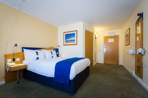 Holiday Inn Express Aberdeen City Centre - Extra space for maneuverability in our accessible bedrooms