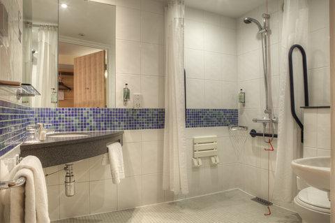 Holiday Inn Glasgow City Centre Theatreland Hotel - Wheelchair Accessible en-suite bathroom with walk in shower