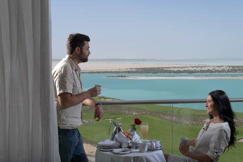 فندق كراون بلازا أبوظبي, جزيرة ياس  - Our Deluxe rooms give you unparalleled views over the Gulf waters