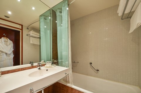 赫尔辛基假日酒店 - Standard room s bathroom with bath tub