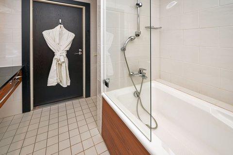 Crowne Plaza HELSINKI - Guest Bathroom
