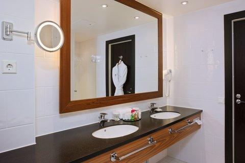 Crowne Plaza HELSINKI - Invigorating bathrooms with bath tub  puffy towels and bath robe