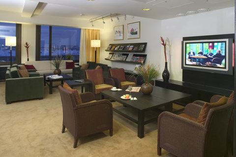 Crowne Plaza HELSINKI - Club Lounge serves Club Floor guests
