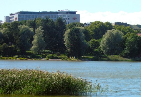 Crowne Plaza HELSINKI - View to the hotel from the T  l nlahti Bay