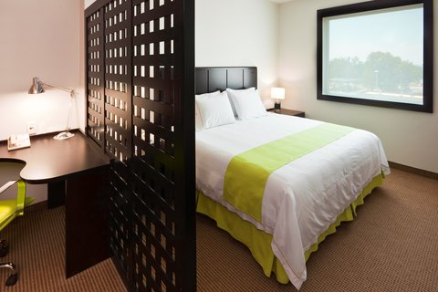 Holiday Inn Express GUADALAJARA ITESO - Office Suite King Bed Guest Room