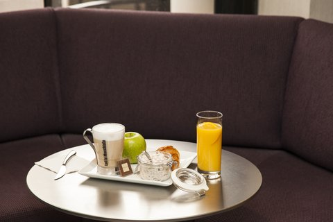 كراون بلازا جنيف - Express brealfast in the Bar