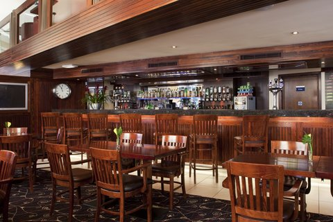 Holiday Inn Express EDINBURGH CITY CENTRE - Bar and Lounge with a wide selection of drinks including whiskeys