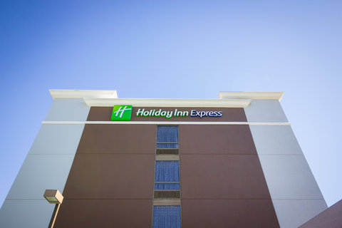 Holiday Inn Express & Suites AUSTIN AIRPORT - Hotel Exterior