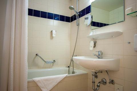 Holiday Inn LEIPZIG - GÜNTHERSDORF - Guest Bathroom with bathtub