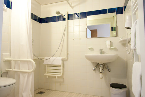 Holiday Inn LEIPZIG - GÜNTHERSDORF - Guest Bathroom handicapped accessible