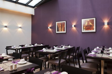 Holiday Inn PARIS - ELYSÉES - Breakfast room with natural daylight