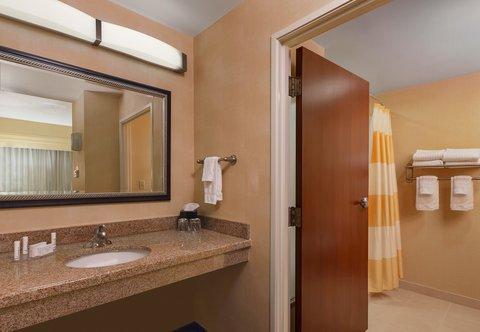 Courtyard Harrisburg Hershey - Suite Bathroom