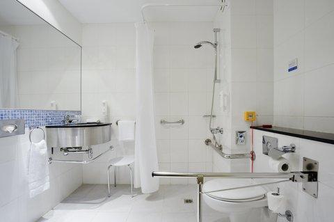 Holiday Inn Express Alcobendas Hotel - Wheelchair Accessible Bathroom
