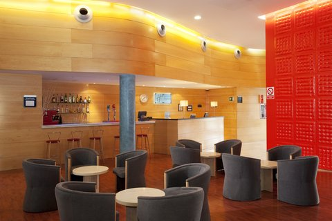 Holiday Inn Express Barcelona Molins De Rei - Relax with a drink after a long day