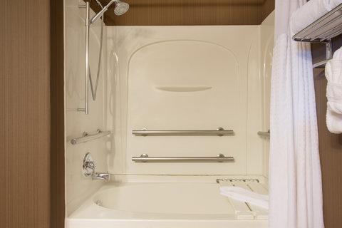 Holiday Inn Express & Suites DOUGLAS - Guest Bathroom