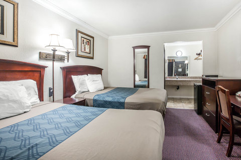 Econo Lodge Fresno - Guest room with two beds