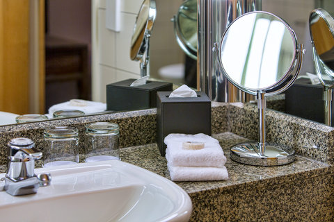 Crowne Plaza AUCKLAND - Guest bathroom with ammenities
