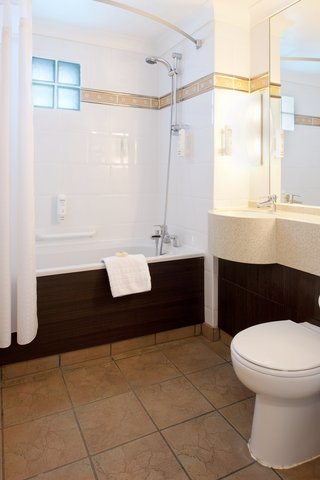 Holiday Inn A55 CHESTER WEST - Executive Room bathroom with jacuzzi bath and premium towels