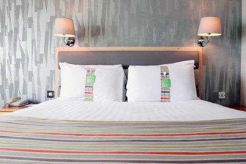 Holiday Inn A55 CHESTER WEST - Soft and firm pillows as standard   Pillow menu available