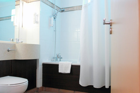 Holiday Inn A55 CHESTER WEST - Executive Room larger size bathroom with shower over jacuzzi bath
