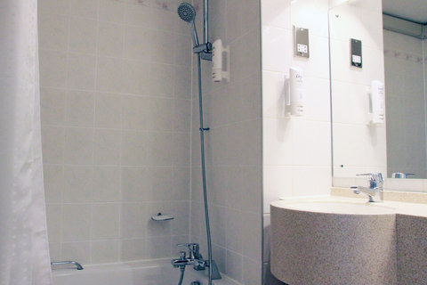 Holiday Inn A55 CHESTER WEST - Shower over bath with Lux and Dove toiletries