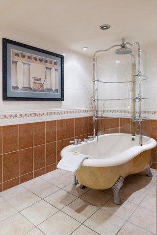 Holiday Inn A55 CHESTER WEST - Castle Suite Bathroom with Rain Bath Feature