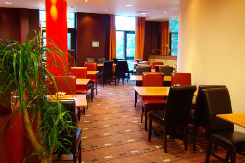 Holiday Inn Express DUBLIN AIRPORT - The bright and cosy bar and lounge
