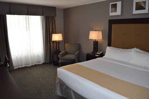 Holiday Inn Hotel & Suites EAST PEORIA - King Bed Guest Room