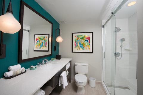 Courtyard Atlanta Vinings - Guest Bathroom