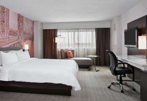 Teaneck Marriott at Glenpointe - King Guest Room