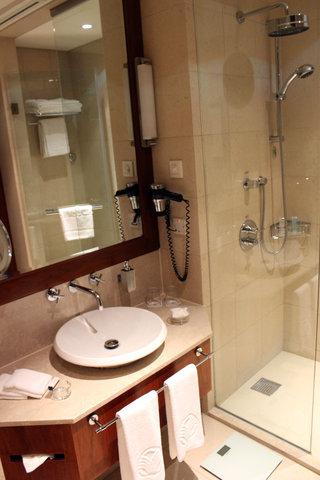 Al Manshar Rotana Hotel - Standard Room Toilet