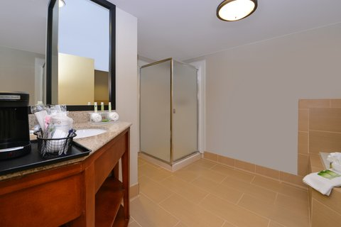 Holiday Inn Express CRESTWOOD - Enjoy a spacious bathroom with the Whirlpool room