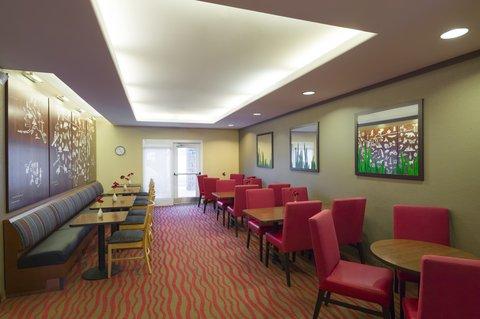 TownePlace Suites Harrisburg Hershey - Breakfast Seating Area