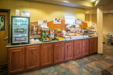 甘尼森快捷假日套房酒店 - Breakfast Bar including Pancakes and Cinnamon Rolls