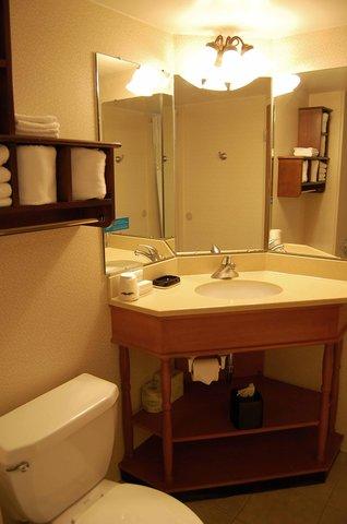 Hampton Inn Batesville IN - Double Beds Bathroom