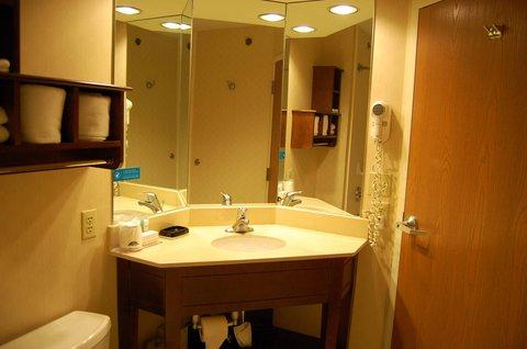 Hampton Inn Batesville IN - King Bathroom