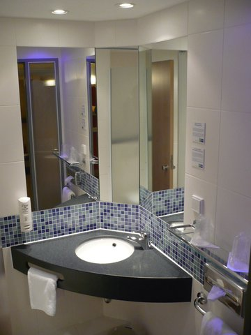 西柏林市中心快捷假日酒店 - Guest Bathroom with Shower